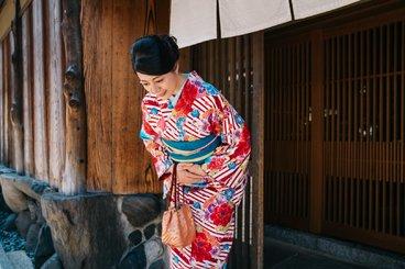 japanesewomanbowing.jpg