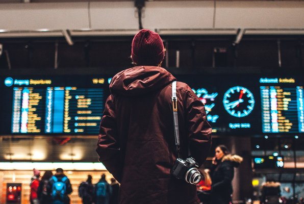 reiziger-met-camera-in-treinstation.jpg